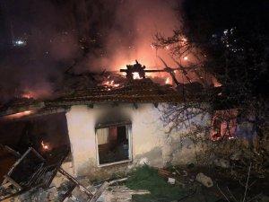 Başkent'te gecekondu alev alev yandı
