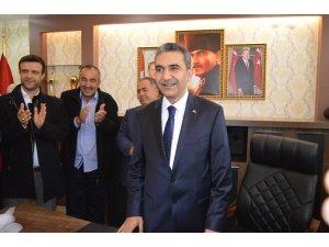 Besni Belediye Başkanı Mehmet Emre mazbatasını aldı