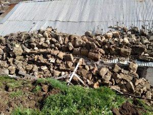 İstinat duvarı evin üzerine çöktü