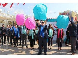Kansere dikkat çekmek için yürüyen sağlıkçılar dilek balonu uçurdu