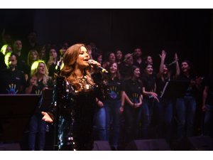 'Hayatı Aydınlat Konseri'nde çalışanlar korusuna ünlü sanatçı Merve Özbey eşlik etti