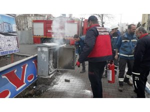 Bingöl'de caddedeki elektrik panosu yandı