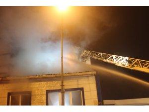 İki katlı binanın çatısında çıkan yangın korkuttu