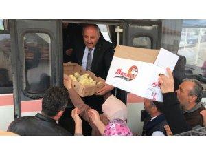 Başkan Türkyılmaz vatandaşlara civciv dağıttı