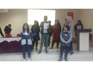 Lise öğrencileri ses yarışmasında hünerlerini sergiledi