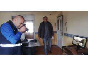 Hırsızlar kendilerini kaydeden güvenlik kamerası cihazını alamadan kaçtı