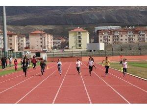 Minik atletler birinci gelebilmek için var güçleriyle koştu