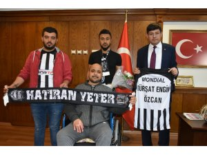Alem Gençlik'ten Başkan Özcan'a anlamlı hediye