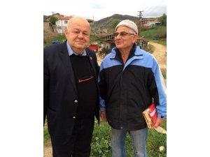 Köy köy gezerek Türk bayrağı dağıtıyor
