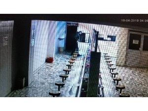 Cami tuvaletinden hırsızlık yapan şahıs güvenlik kamerasına yakalandı