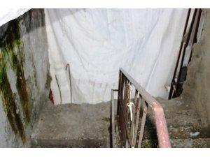 Yıkılma tehlikesi bulunan binada ölümü bekliyorlar