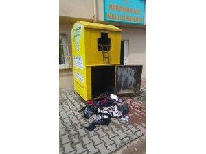 Sultanbeyli'de elbise geri dönüşüm kutusu yakıldı