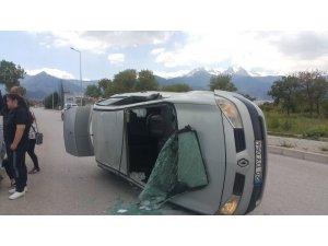 Ticari araçla çarpışan otomobil devrildi: 1 yaralı