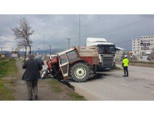 Otomobille çarpışan traktör ikiye ayrıldı