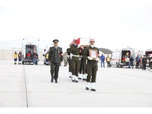 Bakan Akar Yüksekova'da şehit askerler için düzenlenen törene katıldı