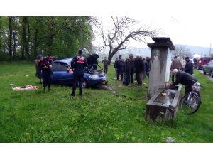 Yoldan çıkan otomobil beton çeşmeye çarparak durdu, 3 kişi yaralandı
