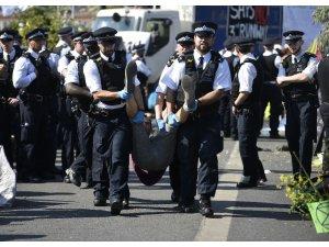 Londra'da gözaltına alınan iklim değişikliği aktivistlerinin sayısı 750'yi geçti