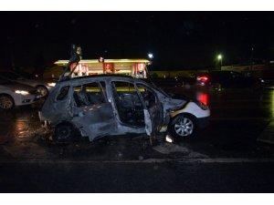 D100'de alev alev yanan araç küle döndü