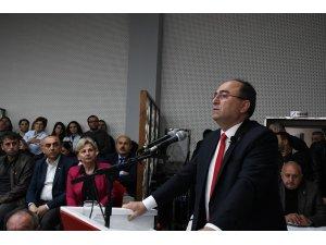 CHP'li Başkan Elçin Artvin Belediyesi'nin borç listesini belediye binasına astı