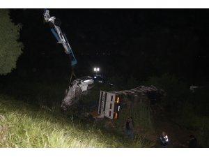 İzmir-Aydın Otoyolunda kamyon ile otomobil şarampole uçtu: 1 ölü bir yaralı
