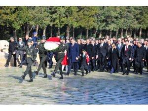 Milli Eğitim Bakanı Selçuk ve çocuklar Atatürk'ün huzurunda