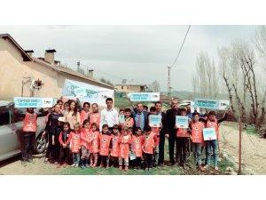 TEMA Vakfı Mutki gönüllüleri okul bahçelerine fidan dikti