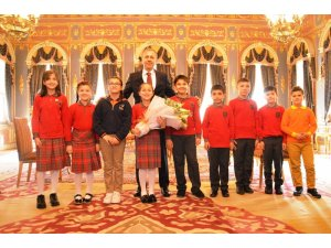 Vali Yerlikaya, koltuğunu 4. sınıf öğrencisi Zeynep Yiğit'e devretti