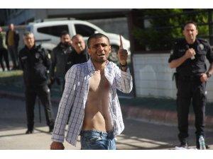 Kendine zarar verip polise bıçakla saldıran gence tazyikli su ve biber gazlı müdahale