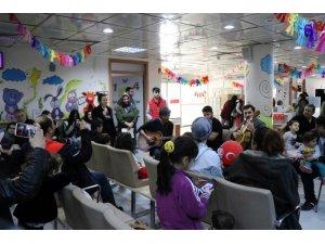 23 Nisanı hastanede geçiren çocuklara yapılan etkinlik moral verdi
