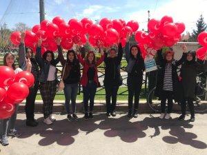 Asenalar çocuklara Türk bayrağı ve balon dağıttı