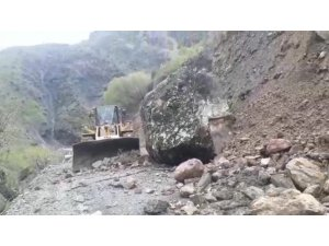 Dağdan kopan dev kaya parçası yolu ulaşıma kapattı