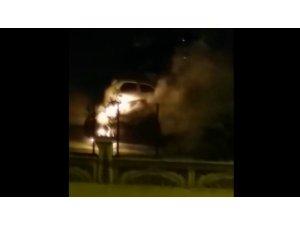 Bursa'da park halindeki otomobil alev alev yandı