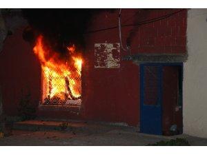Alkollü şahıs önce evini yaktı sonra polise teslim olmamak için içeriden çıkmadı