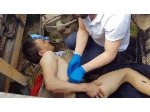 Devrilen iş makinesinin altında kalan sürücü yaralandı