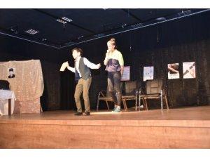 Öğrencilerin sergiledikleri tiyatro oyunu beğeni aldı
