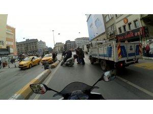 Karaköy'de motosikletlinin el arabalı adama çarptığı anlar kamerada