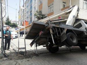 Elektrik direğinde çalışma yapan işçilerin vinci park halindeki aracın üzerine devrildi
