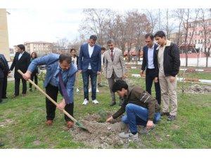 Ağrı Milli Eğitim Müdürü Turan öğrencilerle birlikte fidan dikti