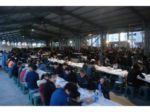 Kapalı pazar yerinde 3 bin kişiye iftar yemeği