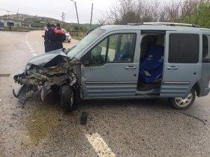 Otomobil ile kamyonet çarpıştı, 1 çocuk yaralandı