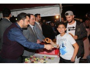 Bakan Çavuşoğlu memleketi Alanya'da vatandaşa simit ikram etti