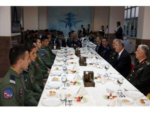 Bakan Akar ve Komutanlar Genç Kartallar Haftası'nda Harbiyelilerle iftar yaptı