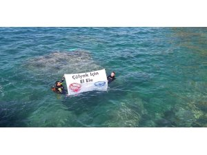Denizin altında masa kurup glutensiz beslendiler