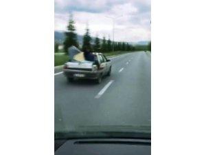 Bagaj kapağı üstünde tehlikeli yolculuk