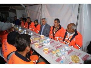 Başkan Güder temizlik işçileri ile sahurda bir araya geldi