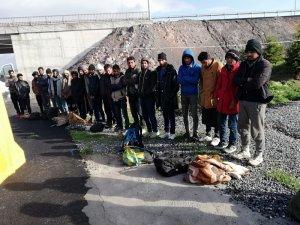 Durdurulan kamyonun kasasından 33 kaçak göçmen çıktı