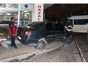 Otomobilin çarptığı araç iki motosiklet ile bir iş yerine vurdu: 2 yaralı