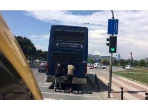 Otobüsün arkasında seyahat edip akrobatik hareketler yaptılar