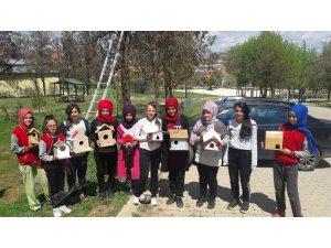 Öğrencilerin hazırladığı kuş yuvaları ağaçlara asıldı