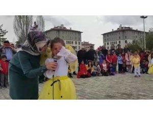 Minik öğrenci İstiklal Marşı'nı okurken heyecandan hıçkırıklara boğuldu